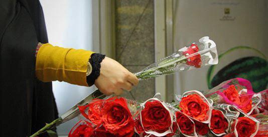استقبال شرکت پدیده از زائران با اهدای شاخه گل در ورودی فرودگاه شهید هاشمی نژاد مشهد